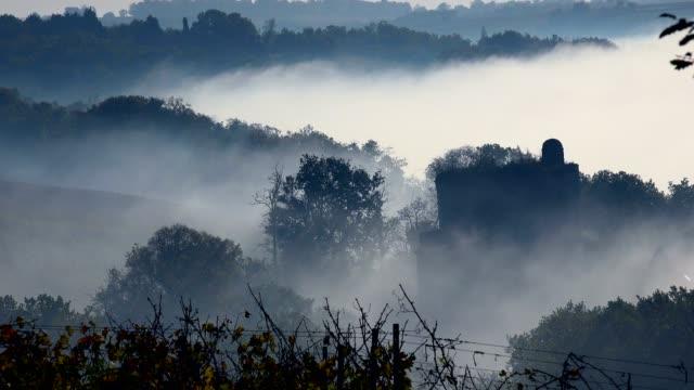 vídeos de stock, filmes e b-roll de vinhedo de bordeaux no outono sob a geada e o nevoeiro, lapso de tempo - castelo