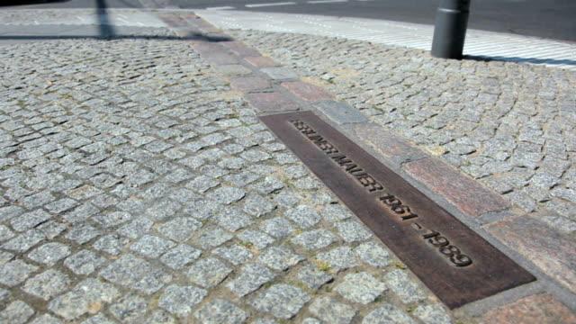 vídeos de stock e filmes b-roll de tira de fronteira - berlin wall