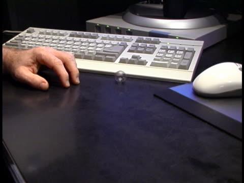 скучно на работе - рука человека стоковые видео и кадры b-roll