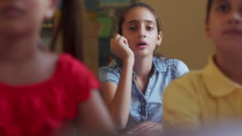 sıkıcı kadın öğrenci latina kız içinde sınıf içinde okul - kızlar stok videoları ve detay görüntü çekimi