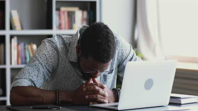 znudzony leniwy afrykański pracownik zmęczony komputerową nudną nudną pracą - nuda filmów i materiałów b-roll