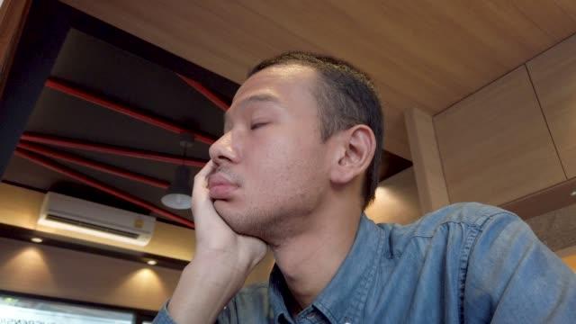 退屈男はカフェに座る - 怠惰点の映像素材/bロール