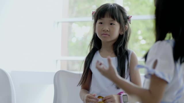 vídeos de stock, filmes e b-roll de tédio garota no colegial - salas de aula
