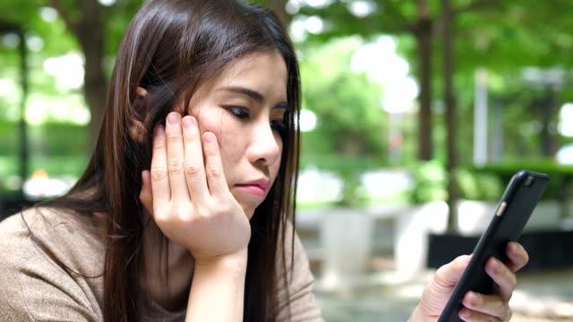 langweilige junges mädchen im park - online dating stock-videos und b-roll-filmmaterial