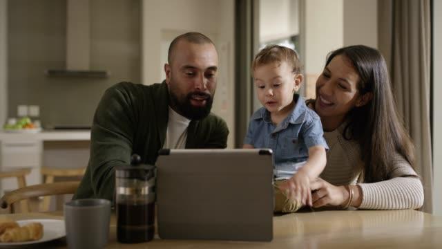 vídeos y material grabado en eventos de stock de nacido en un mundo digital - usar la tableta digital
