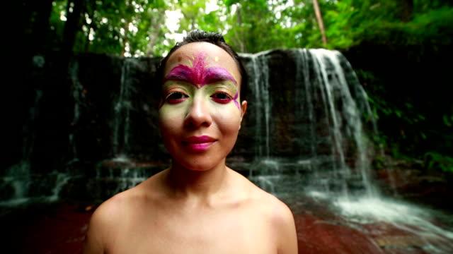 borneo rainforest tribal culture: face painting - sarong bildbanksvideor och videomaterial från bakom kulisserna