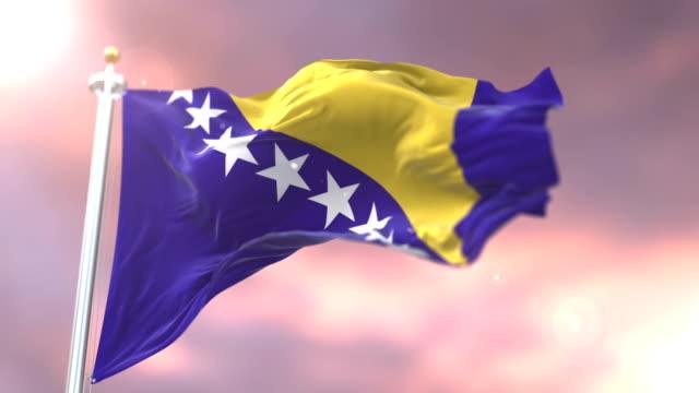 日没、ループで低速で風のボスニア ・ ヘルツェゴビナの国旗に手を振って - ボスニア・ヘルツェゴビナ点の映像素材/bロール