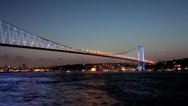 ponte sul bosforo time lapse dal giorno alla notte - cultura turca video stock e b–roll