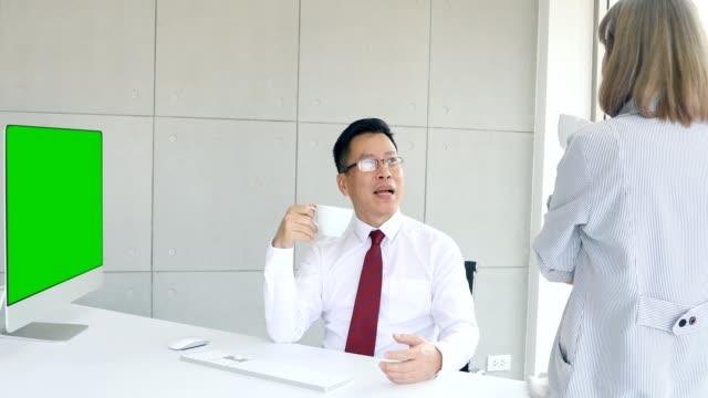 boss trinkt tee im gespräch mit untergebenen. - unterordnung stock-videos und b-roll-filmmaterial