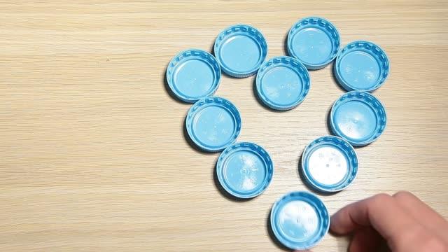 flask mössa hand träbord bakgrund hd-bilder - recycling heart bildbanksvideor och videomaterial från bakom kulisserna