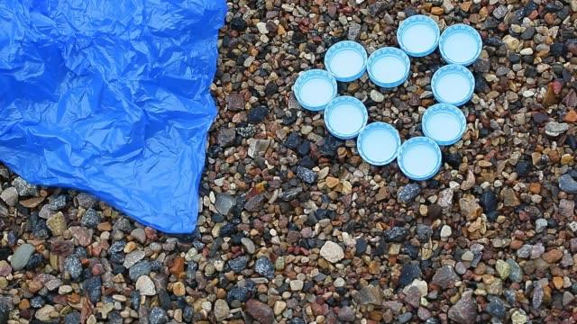 kapsylen polyeten paket sten bakgrund hd-material - recycling heart bildbanksvideor och videomaterial från bakom kulisserna