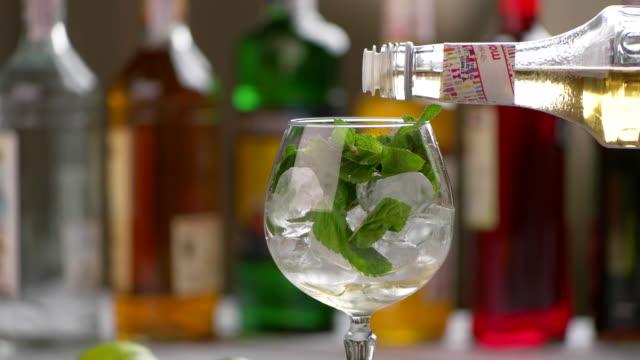 ボトルはグラスに酒を注ぐ。 ビデオ