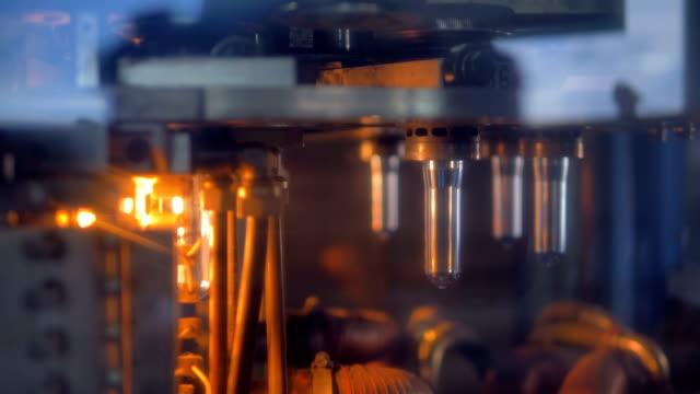 petflaska förformar flytta på roterande hjul. - pet bottles bildbanksvideor och videomaterial från bakom kulisserna