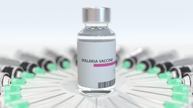flasche mit malaria-impfstoff und spritzen - krankheitsverhinderung stock-videos und b-roll-filmmaterial