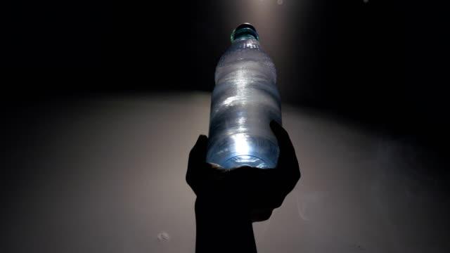 In Flaschen abgefülltes Wasser und Rauch steigt – Video