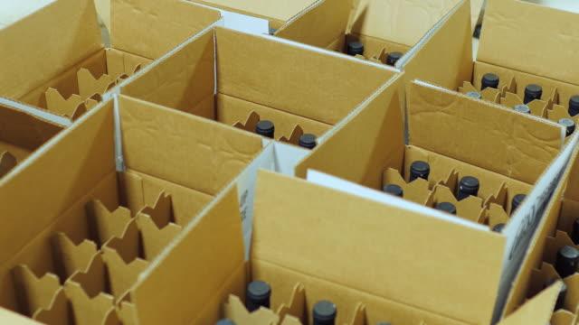 flaskor vin är placerade i pappkartonger. ovanifrån - wine box bildbanksvideor och videomaterial från bakom kulisserna