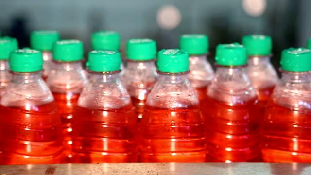tappning av saften i plastflaskor - pet bottles bildbanksvideor och videomaterial från bakom kulisserna
