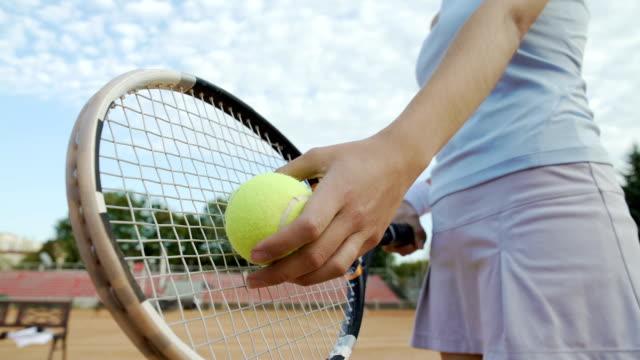 stockvideo's en b-roll-footage met onderaanzicht van mooie vrouw serveren tennisbal, professionele sport, hobby - kampioenschap