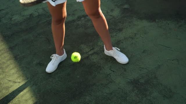 vídeos de stock e filmes b-roll de bouncing tennis ball - ténis calçado desportivo