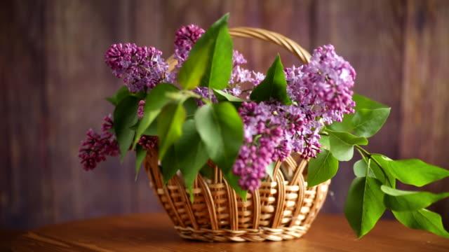 花束美麗的盛開的丁香在籃子裡 - thank you background 個影片檔及 b 捲影像