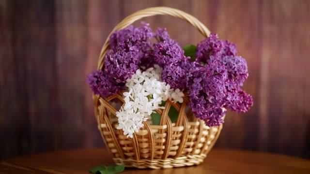 바구니에 아름다운 피는 라일락의 꽃다발 - thank you background 스톡 비디오 및 b-롤 화면