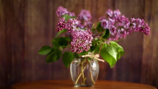 一束美麗的盛開的丁香在玻璃花瓶 - thank you background 個影片檔及 b 捲影像