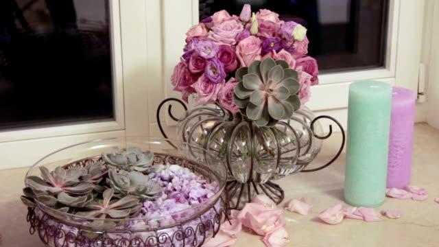 mazzo di fiori. composizione floreale di rosa pallido. primo piano - davanzale video stock e b–roll
