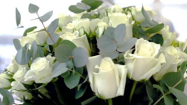 bukett av färska vita rosor närbild - white roses bildbanksvideor och videomaterial från bakom kulisserna