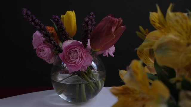 vidéos et rushes de bouquet de diverses fleurs et éléments de décoration - composition florale