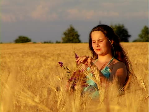 bouquet - endast en tonårsflicka bildbanksvideor och videomaterial från bakom kulisserna