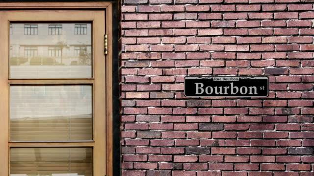 Señal de calle Borbón calle. El mundo la calle más famosa de Borbón en Nueva Orleans. - vídeo