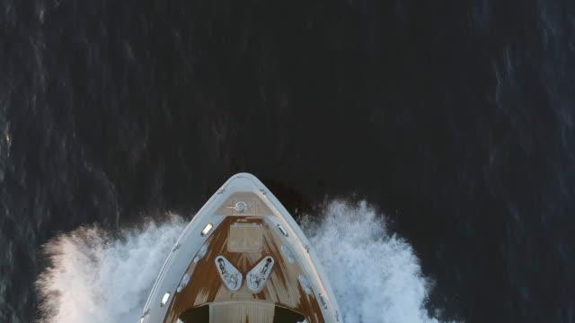 böja på ett fartyg som rör sig genom havet - skrov bildbanksvideor och videomaterial från bakom kulisserna