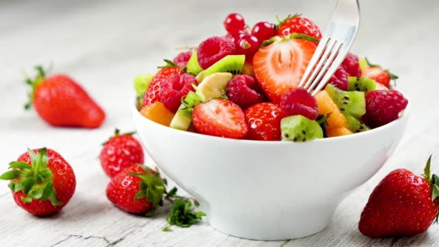vídeos de stock, filmes e b-roll de tigela de salada de frutas - fruit salad