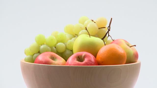 vídeos de stock e filmes b-roll de hd: tigela de frutas - saladeira