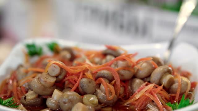 vídeos de stock e filmes b-roll de bowl of pickled mushrooms with korean carrot salad - saladeira