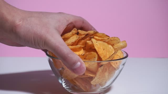 skål med chips. begreppet naturliga potatissnacks. selektivt fokus på närbild - fett näringsämne bildbanksvideor och videomaterial från bakom kulisserna