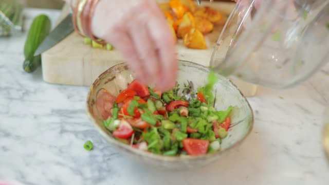 schüssel mit salat - vegetarisches gericht stock-videos und b-roll-filmmaterial