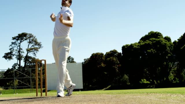 vídeos y material grabado en eventos de stock de jugador de bolos entrega de balón y atractivo durante el partido de cricket - críquet