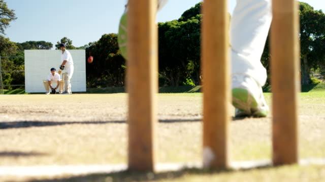 vídeos y material grabado en eventos de stock de bola entrega de jugador de bolos durante el grillo fósforo - críquet