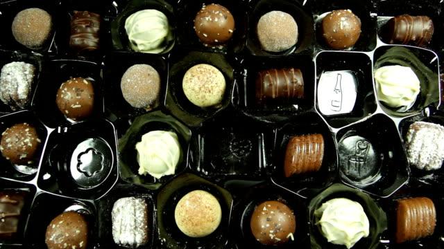 チョコレート 1 箱に姿を消しつつある。hd - バレンタイン チョコ点の映像素材/bロール