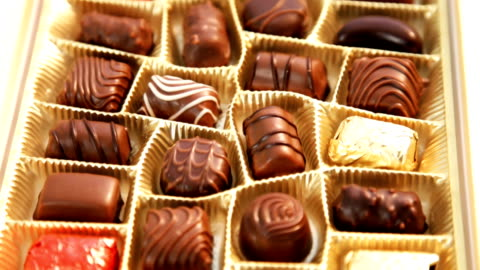 vídeos y material grabado en eventos de stock de caja de chocolates - chocolate