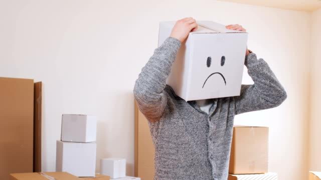 box with sad emoticon on head - solo un uomo video stock e b–roll