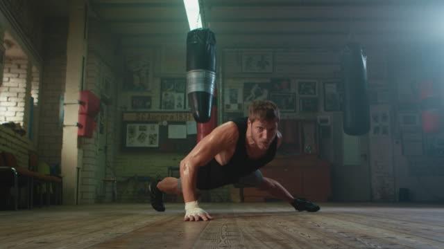 vídeos de stock, filmes e b-roll de boxeador fazendo push ups - artes marciais