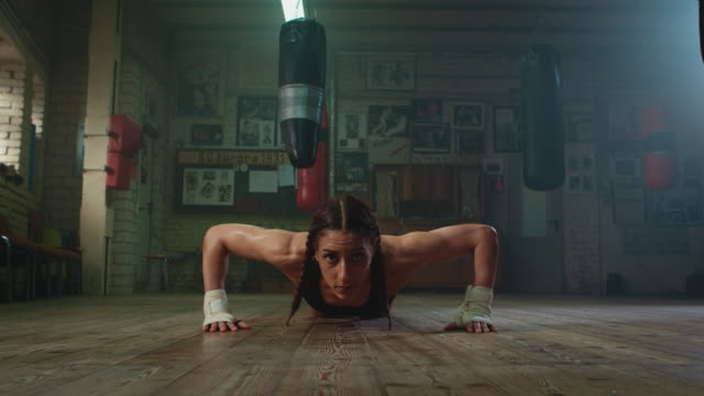 boxer doing push ups - irriducibilità video stock e b–roll