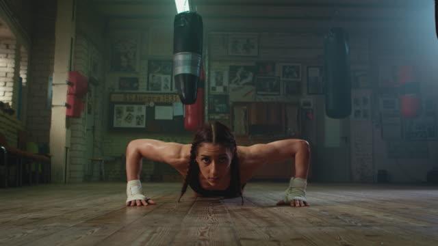 vídeos de stock e filmes b-roll de boxer doing push ups - dureza