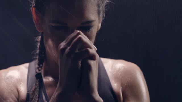 vídeos y material grabado en eventos de stock de gesto de boxeador de respeto. - boxeo deporte