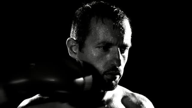 hd super slow motion: boxer ottenere un pugno in faccia - colpire con un pugno video stock e b–roll