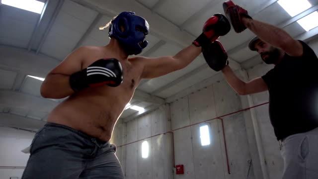 ボクサーパッド付き作業セッションにトレーナー ビデオ