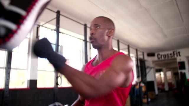 pugile pugno con la sua sparring partner presso la palestra - sparring allenamento video stock e b–roll