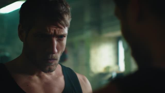 vídeos de stock e filmes b-roll de boxer shadow boxing in gym - espelho